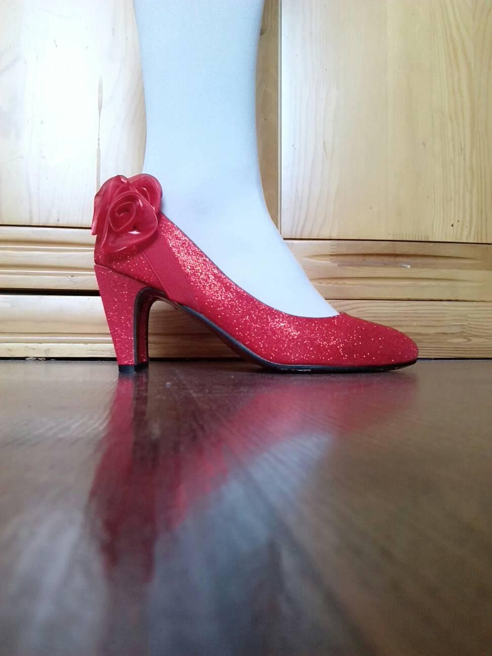 大红色的高跟鞋搭配纯白色的连裤丝袜可以吗?图片
