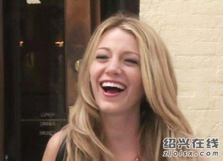 要一张看起来很开心大笑的女生的图片不要太小~~~3q