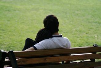 一个女生依偎在一个男生肩膀的背影的图片 类似这种 简单一点