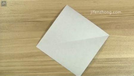 1,准备一张正方形纸,白色面朝上,角对角对折后展开,留下对角线.