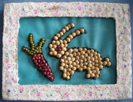 用米和红豆制作手工小白兔粘贴画