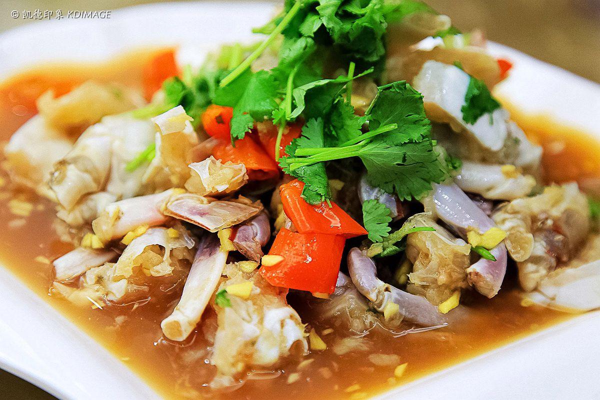 腌去啦_将活蟹宰杀清洗之后马上开始腌制,加了许多蒜蓉,剁椒去腥,口味上可能