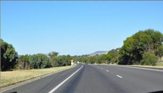 什么是加速车道_应急车道,加速车道,减速车道的标志分别是什么?_百度知道