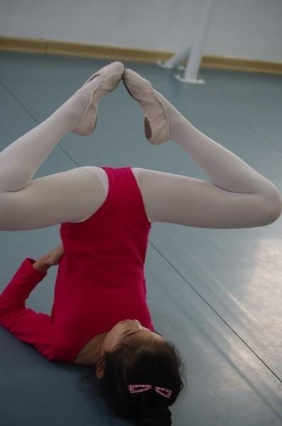 小女孩白色裤袜_为什么我们女生跳舞要穿白色连裤袜呢?_百度知道