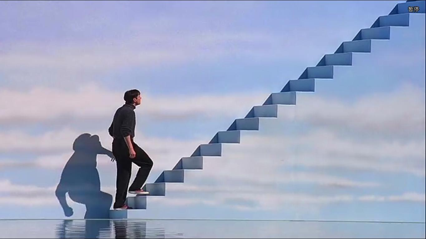 电影的世界_求电影名字一个男人走在透明的天梯上,背景是蓝天白云