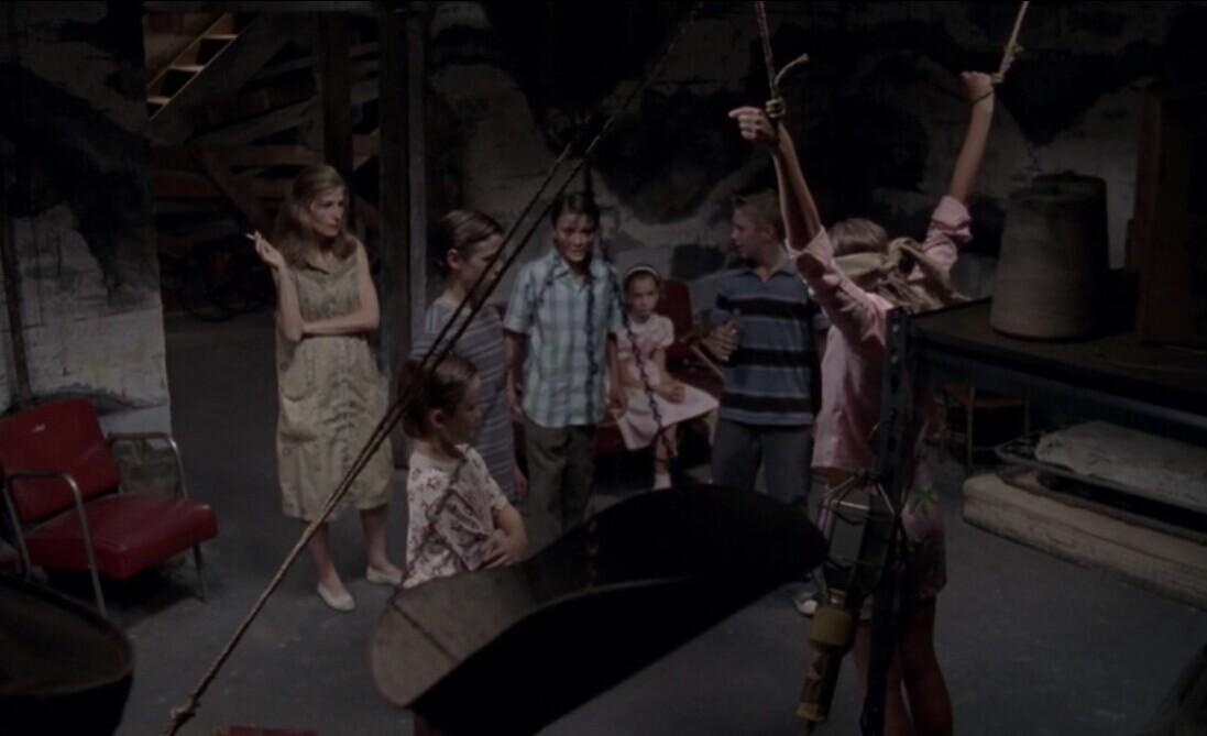 电影幼女性爱_急求一部电影,一个女人,一群小孩关着一个女孩吊起来蒙着眼睛,还脱去