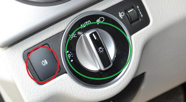 这款车的后雾灯如图B红色标记处;前雾灯跟大灯开关在一起(如上