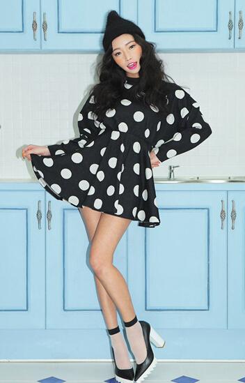 黑白波点长袖连衣裙怎么搭配