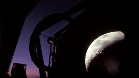 当我们抬头仰望星空时,其实看的是过去