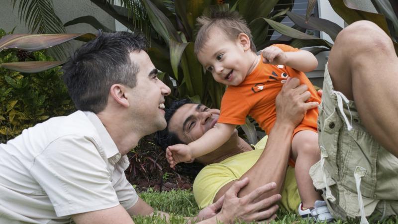 同性恋家庭是否适合抚养孩子?