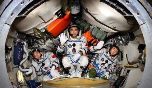 神七航天员是谁_我国首次完成太空行走任务的是神舟几号上的谁_百度知道