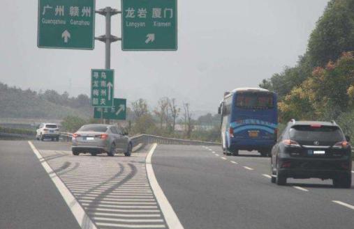 什么是加速车道_在高速公路上骑,轧车行道分界线的 是什么意思_百度知道