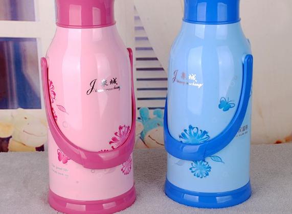 暖水瓶加开水后为什么盖不上