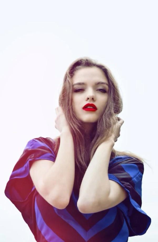 求视频美女qq_求性感红唇欧美长发女生qq背景图原图_百度知道