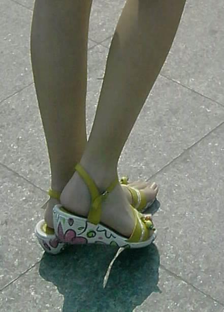 小男孩光脚穿凉鞋_要小女孩光脚穿凉鞋的图片? 不要白袜!_百度知道