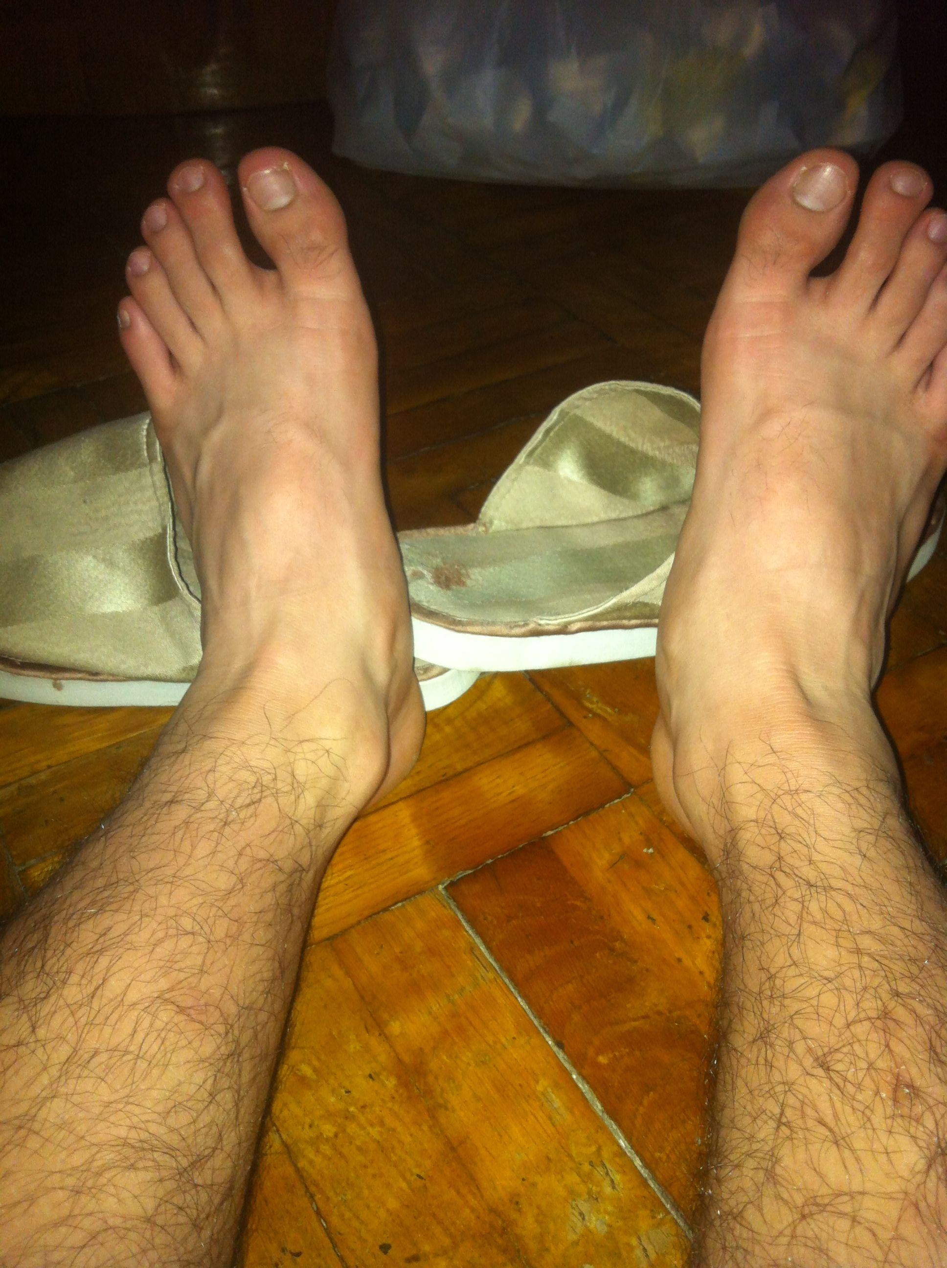 受爬开又被捉住脚踝拖回来 攻拖受脚踝从床底拉出来