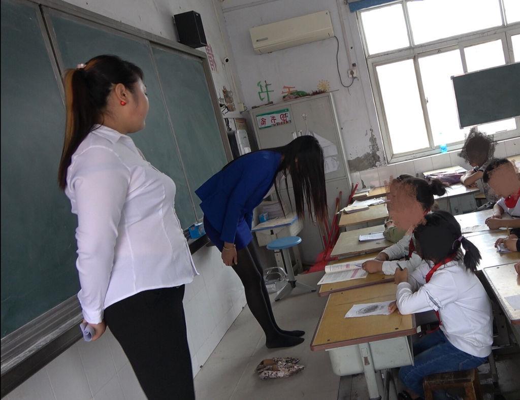 老师给我脚交_这老师体罚学生,让学生脱鞋罚站,但是后来自已也脱掉鞋子给 ...
