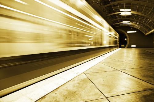 一列火车匀速行驶,经过一条长300米的隧道需要
