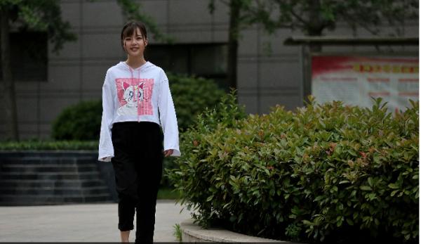 中信娱乐平台:90后女孩做游戏主播月入多
