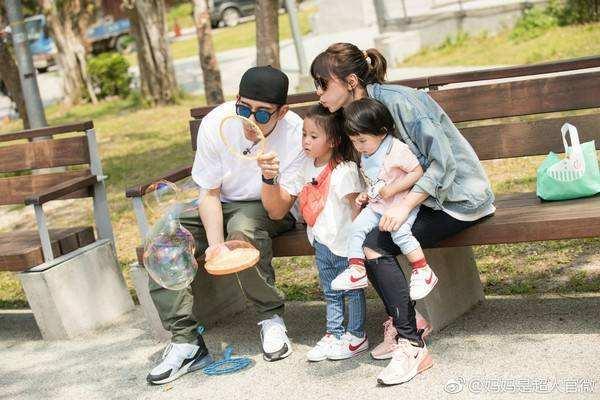 賈靜雯45歲生日,修杰楷帶兩個女兒上節目咘咘姐妹有多像賈靜雯?