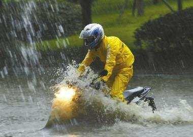 为什么很多人觉得骑摩托车比开车好玩?