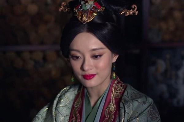 秦可卿是废太子之女,贾府为何还要收养,不怕引火烧身吗?