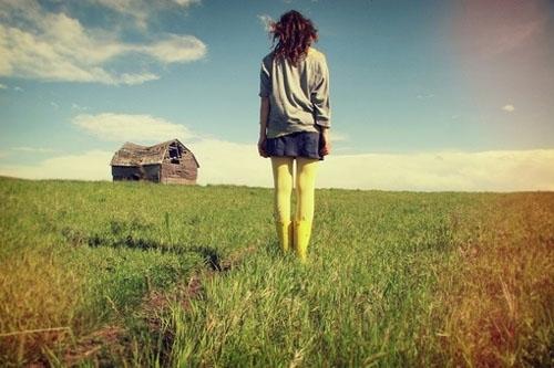 求以枯黄色为背景的少女背影或侧影唯美意境手机壁纸图片图片