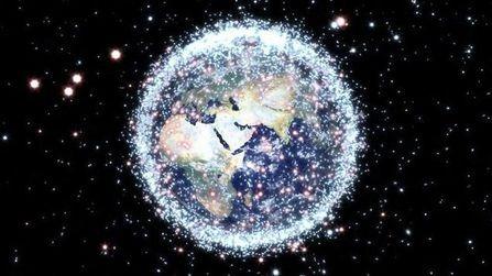 为什么太空垃圾不会被地球吸引下来,或者互相聚集在一起呢?的头图