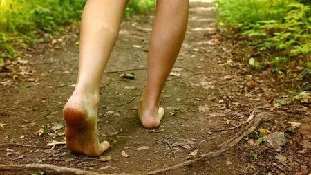 AJ臟了就丟了吧,研究表明:赤腳走路可能更有利健康?的頭圖