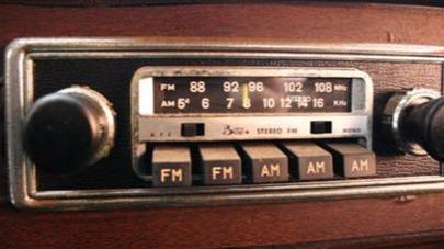行车路上,为什么在?#26376;肥?#25105;们会调小收音机?