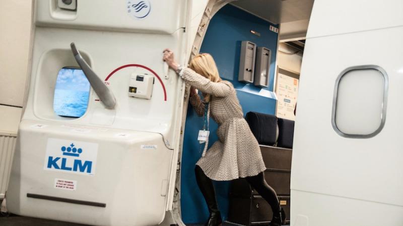 你是否打得开飞行期间的飞机舱门?