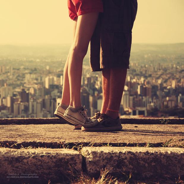 我想找一張非主流情侶下半身圖片女的在左邊踮起腳親吻男的圖片