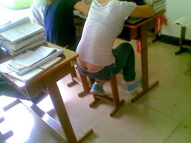 女人的裤裆里的�_暗恋班里的一个女生,但是她很喜欢穿低腰裤,经常稍微一动就露腰露内裤