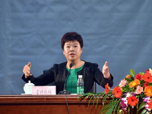 于丹感恩教育视频1_北京师范大学教授于丹主讲的中小学生《感恩教育》在那看视频