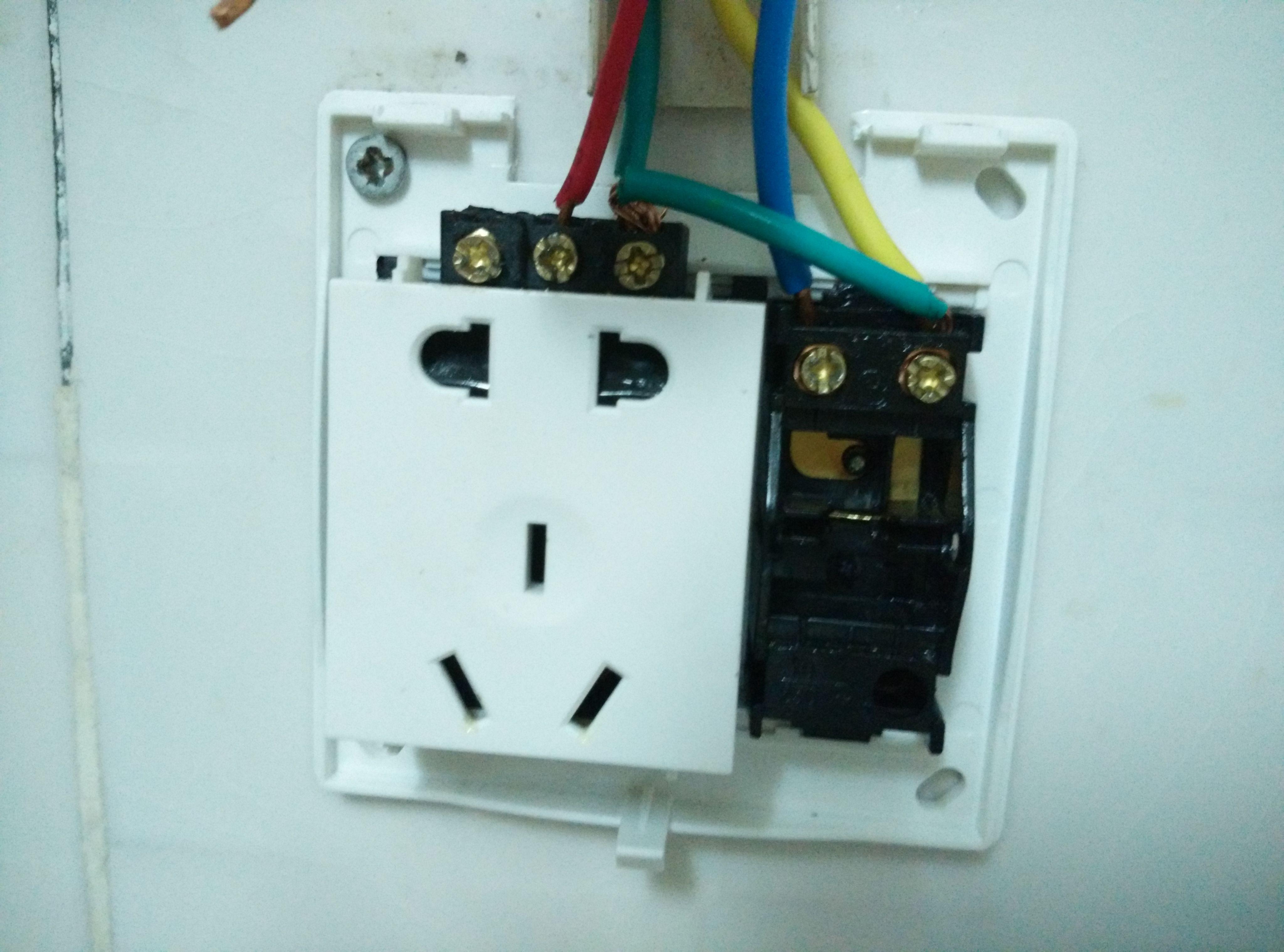 一文看懂单开加5孔插座的接线方法(家装电工必备)  一开五孔单控开关详图