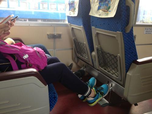 火车硬卧行李放哪里图片_高铁行李箱放在哪里?_百度知道