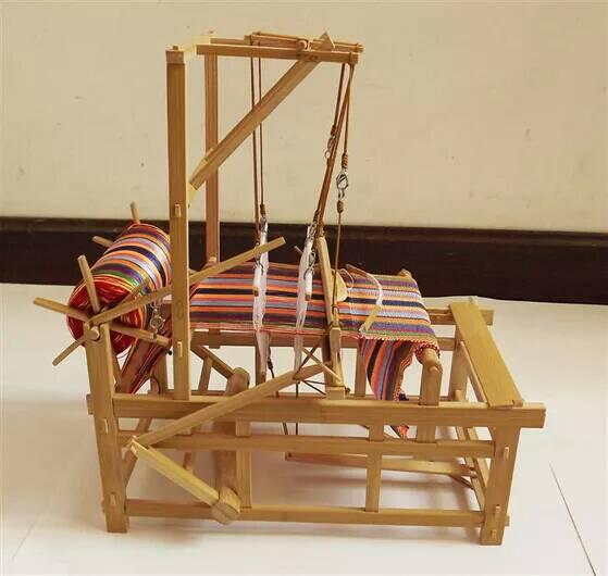 织布机视频_小型织布机的diy制作过程,这个真能织布,不是儿童玩具。求人 ...