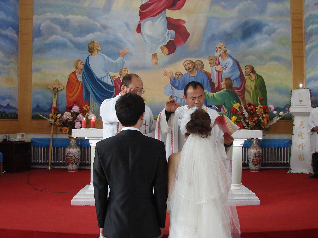葬礼着装_天主教婚礼、葬礼神父的着装以及所用的道具_百度知道