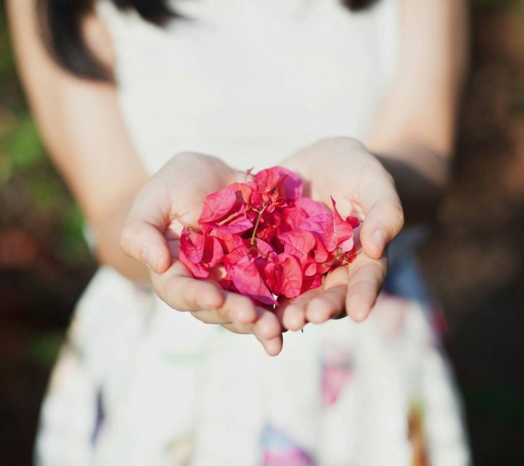 非主流手拿鮮花圖那女的感覺超幸福圖片圖片