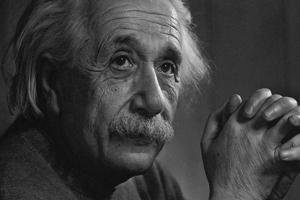 爱因斯塔在临终前销毁了毕生心血的手稿,他到底发现了什么?