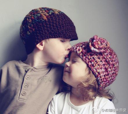 小男孩亲小女孩_有一对小男孩和小女孩的情侣头像,女孩那张是向右亲,男孩是 ...