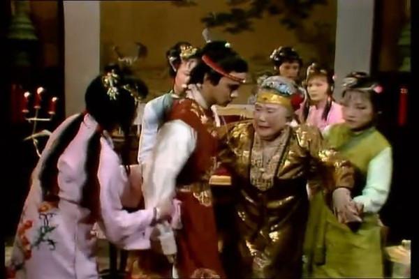 为什么贾宝玉初见林黛玉的时候就摔了自己的玉?这是出于什么心思?