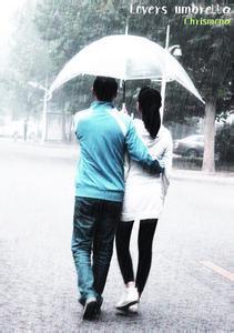 男女吵架下雨的图片_老公给老婆遮伞的图片_百度知道