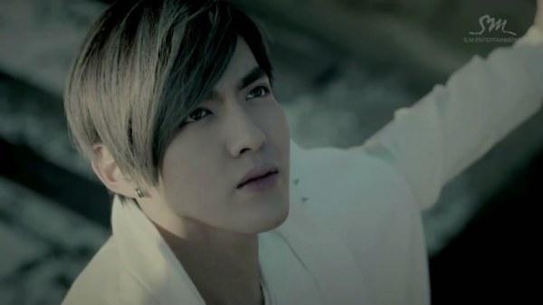 exom队长吴亦凡生病_吴亦凡(吴凡)EXO M队长MV宣传有一张站在天台的手撑开头向上的 ...