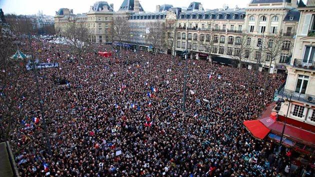 巴黎爆炸,几万人游行,正在暴露西方一场严重的危机!
