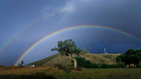 既然彩虹是圆形的,那为什么我们看到的都是拱形的?