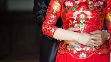 """""""伴娘就该被摸,这是习俗"""":比天价彩礼更可怕的,是中国式婚闹"""