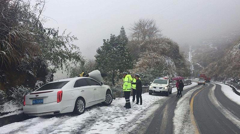 冰雪造成53车相撞,这份雨雪天气行车指南一定要看