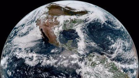 3万公里外气象卫星眼中的地球原来长这样,太震撼了!