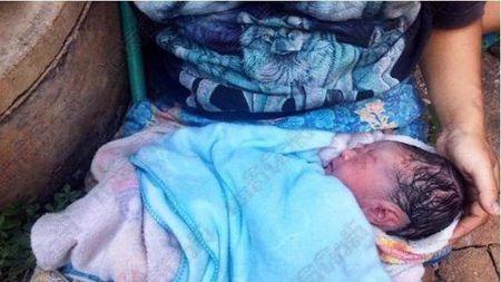 泰国女子腹痛停路边休息,没想到生下一个孩子,这妈妈真够粗心的
